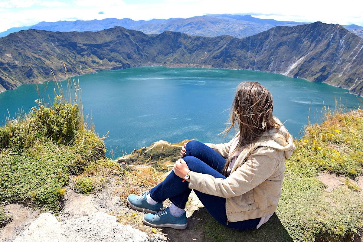 Contemplando la laguna de quilotoa