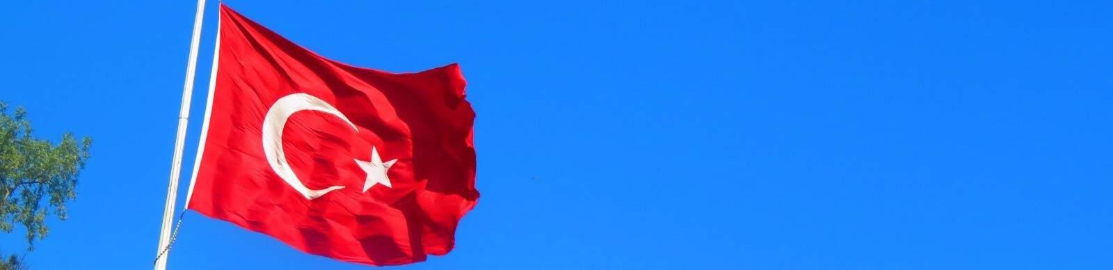 Bandera de Turquía con cielo azul