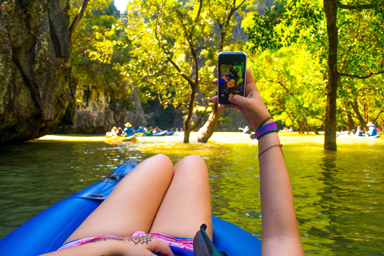 Las canoas te llevan a través de los manglares alrededor de la isla