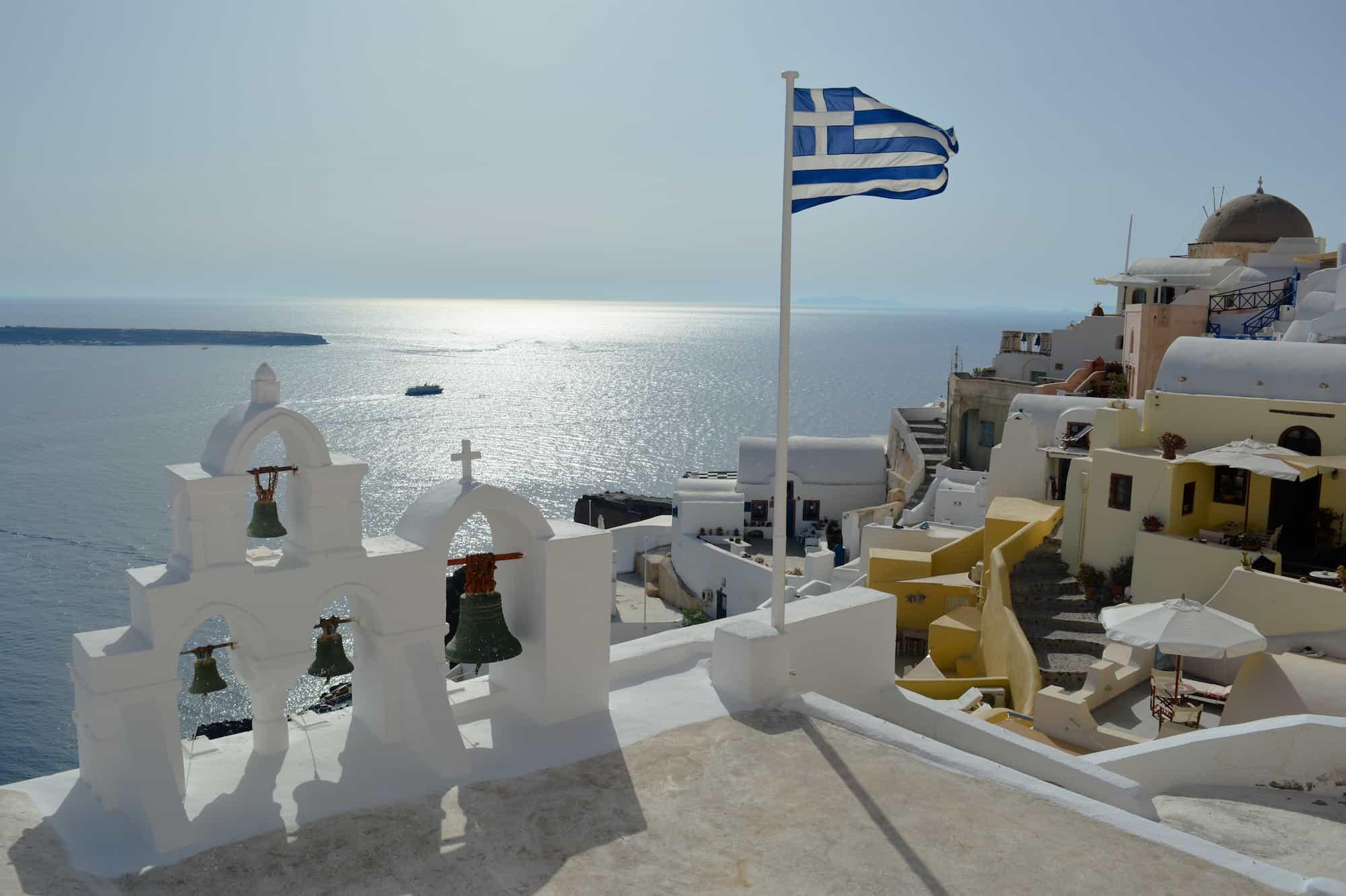 Foto de Santorini con la bandera de Grecia