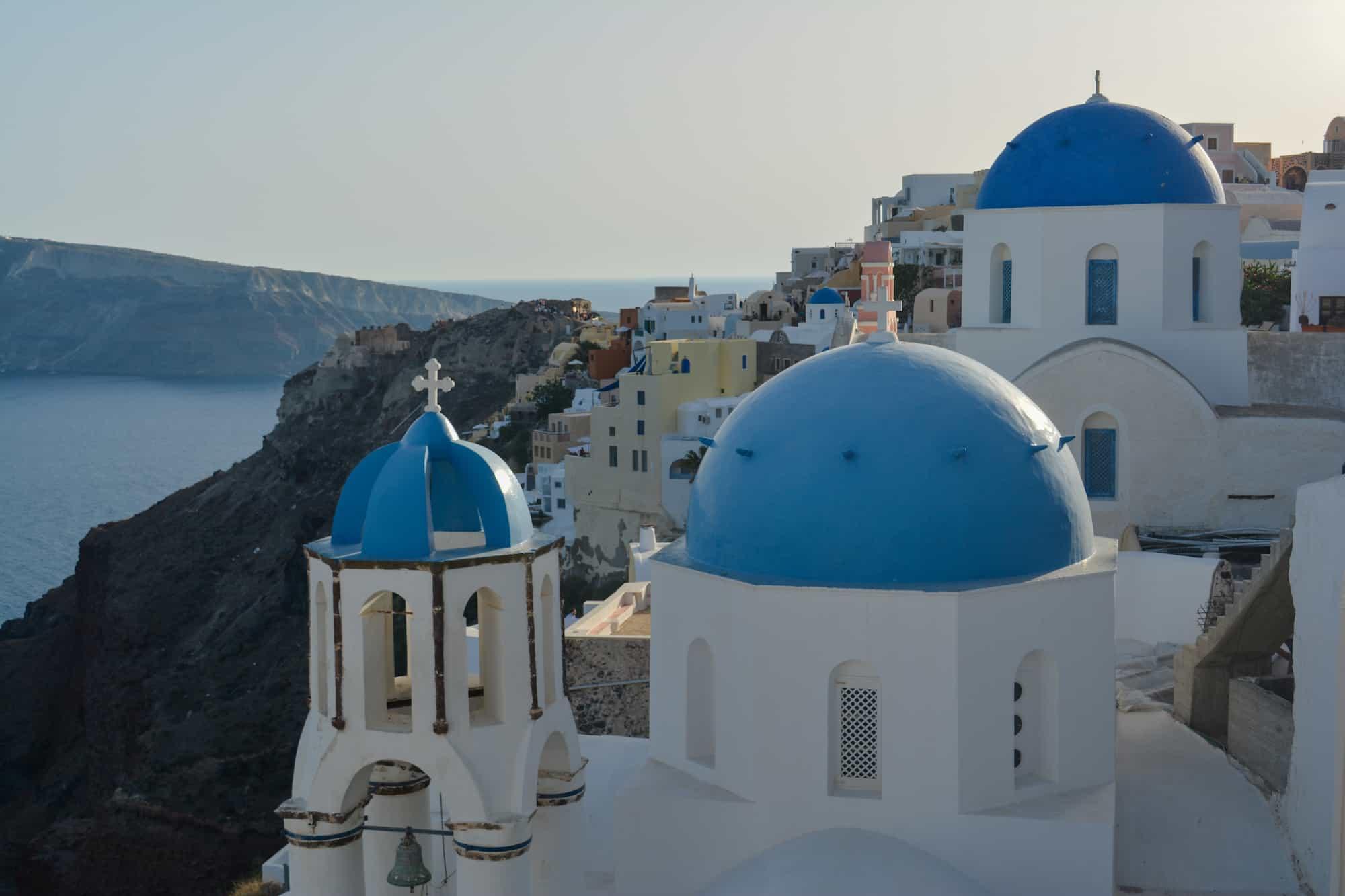 Domos azules en Oia, Santorini, Greece