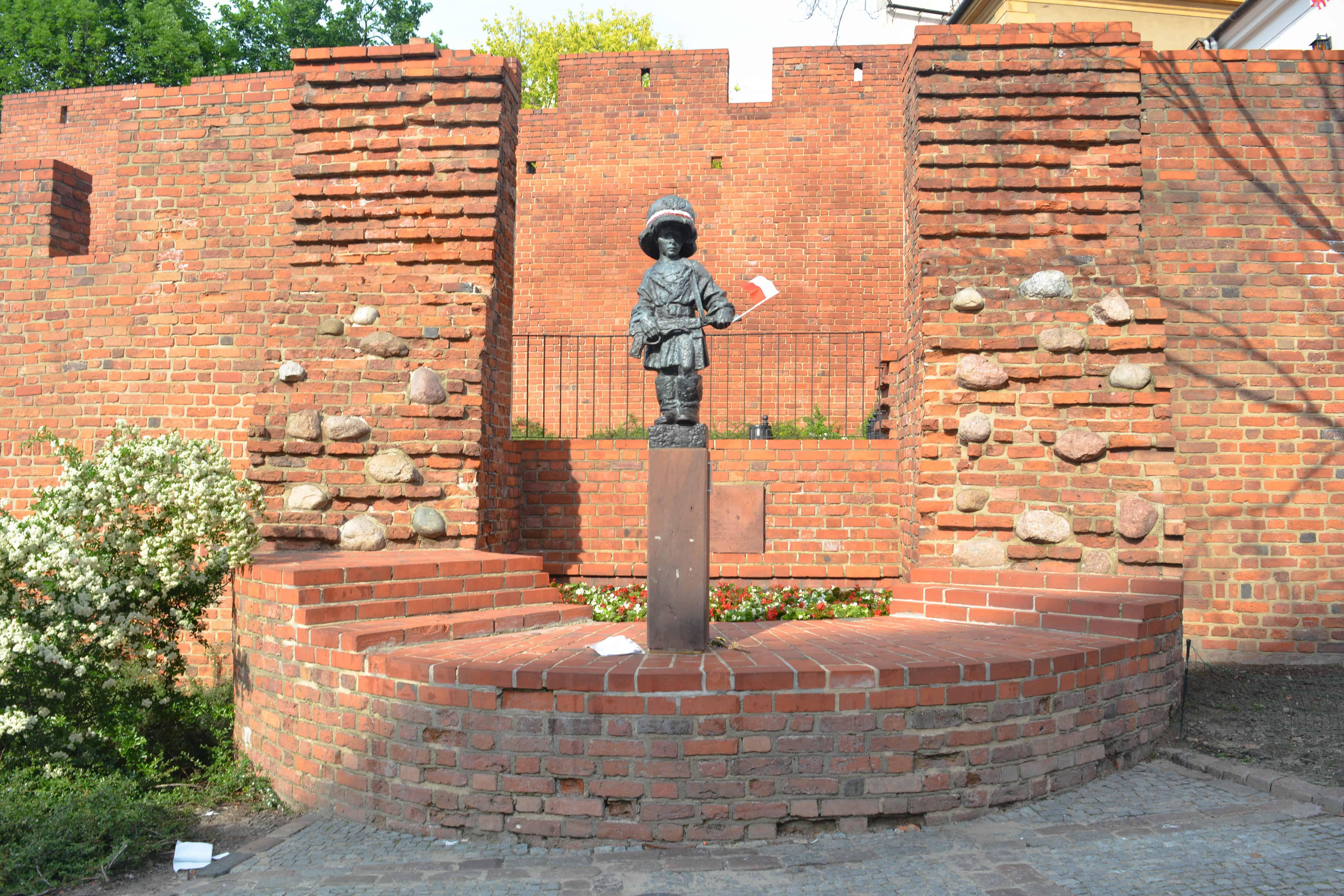 Barbacana vas a ver un pequeño monumento en conmemoración a los niños de la guerra.