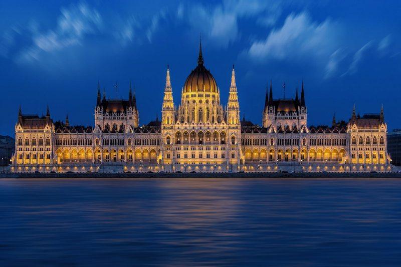 Edificio del Parlamento en Budapest en la noche