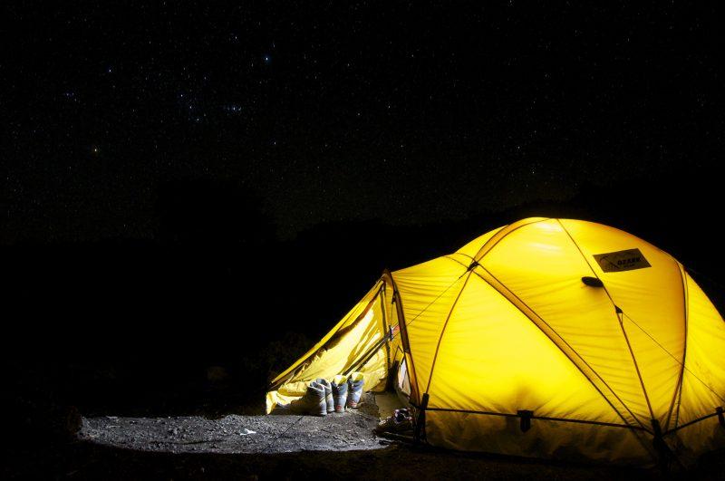 Couchsurfing/Acampar es una de las formas de ahorrar dinero para viajar