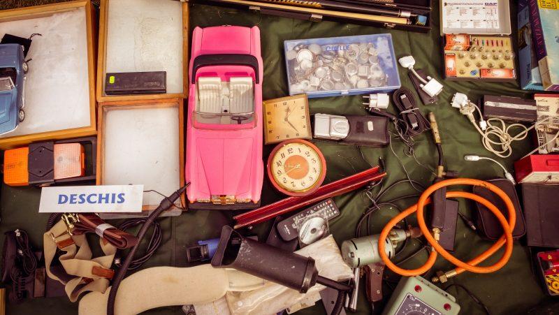 Organizar una venta de garaje es una de las formas para ahorrar dinero para un viaje