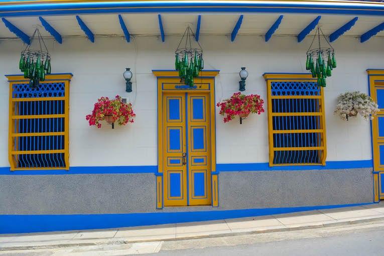Jardin colorido pueblo colombia