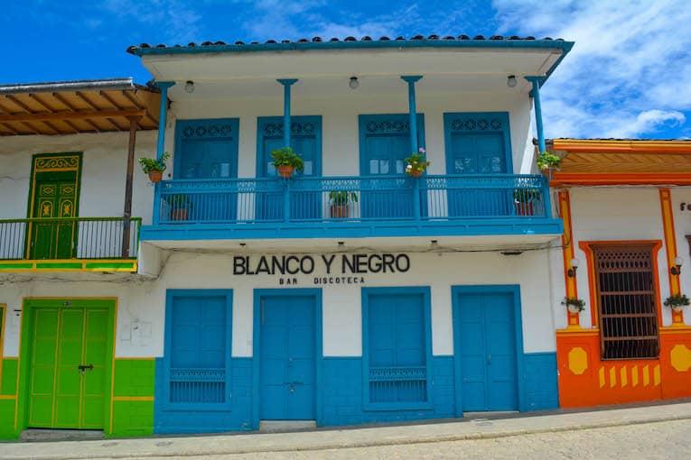 Blanco y Negro Discoteca El Jardin Colombia