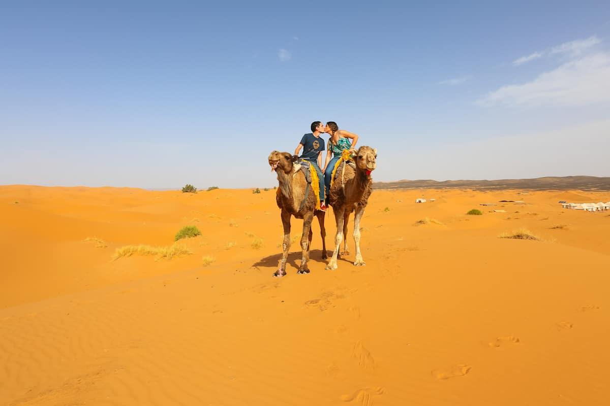 Montando camello en el desierto de merzouga