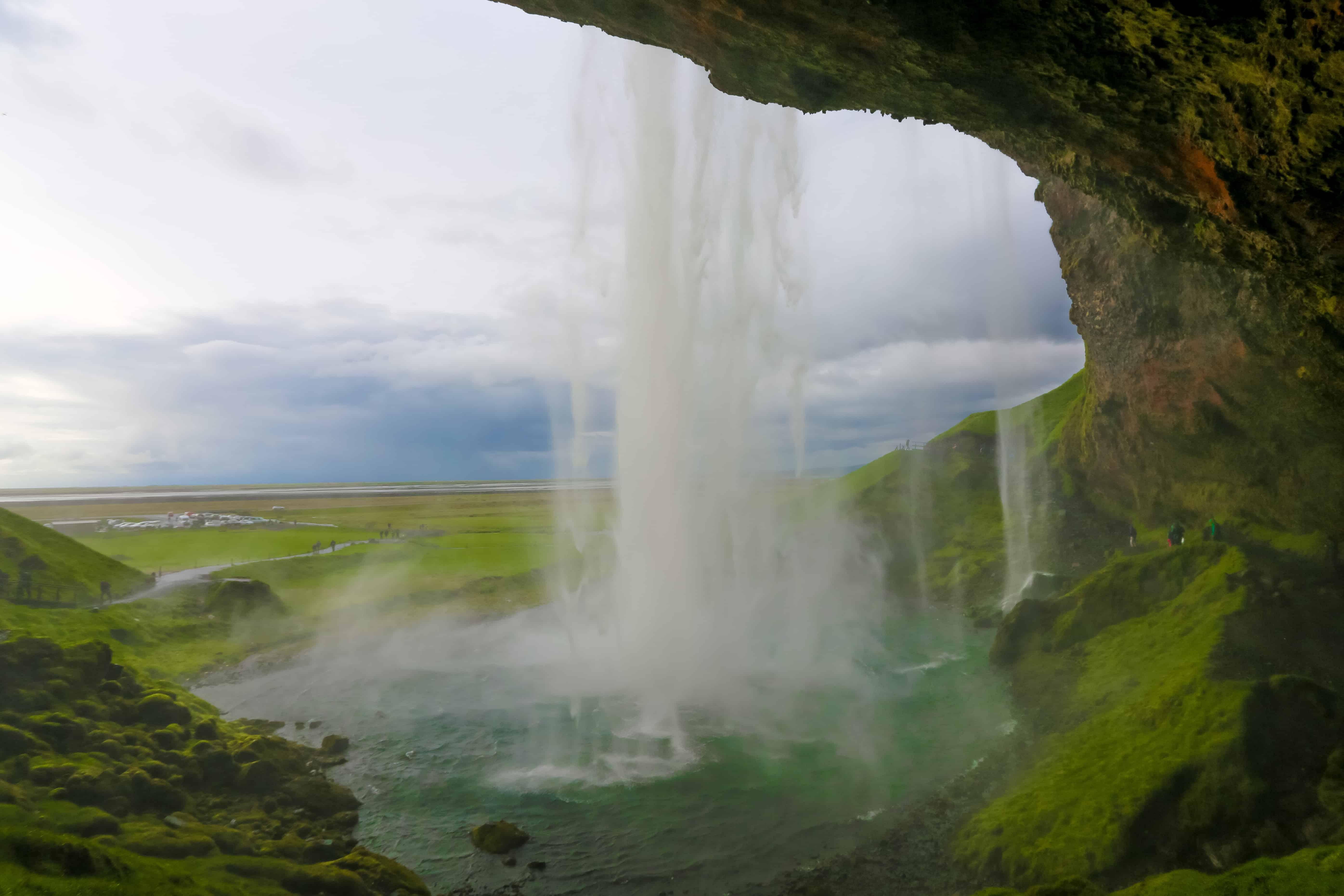 Caminar atrás de la cascada de Seljalandfoss