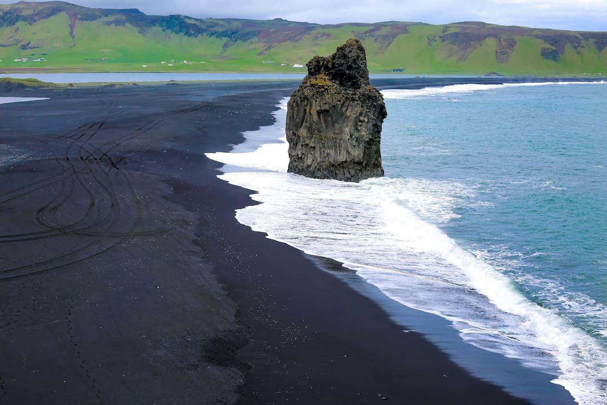 Mójate los pies en la playa negra de Vik