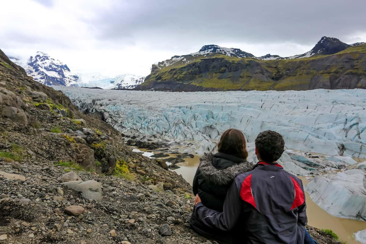 Glaciar Vatnajökull contemplando el paisaje en Islandia