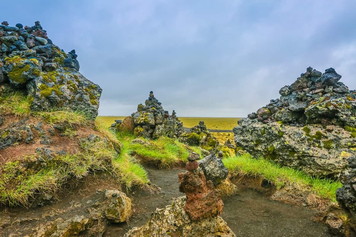 Rocas de lava cubiertas de musgo