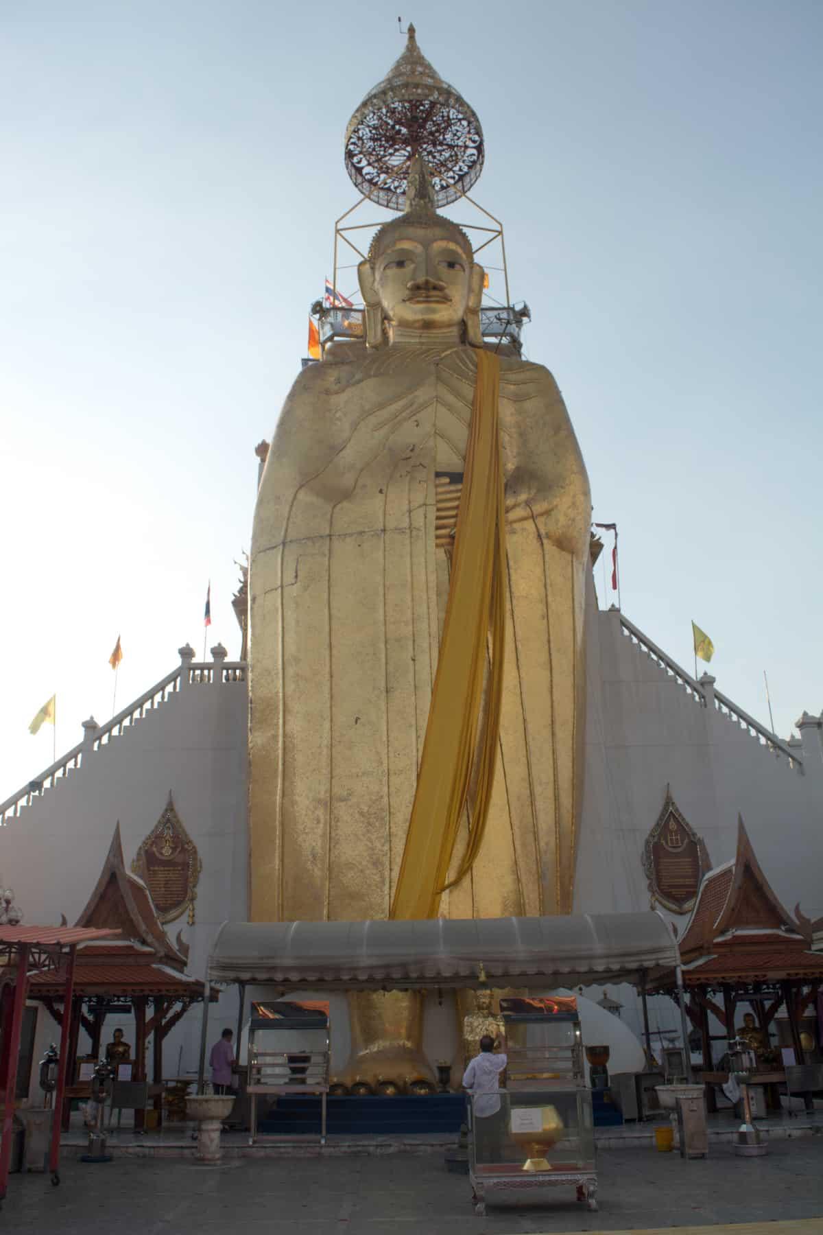 El Wat Intharawihan - Cosas Que Hacer en Bangkok