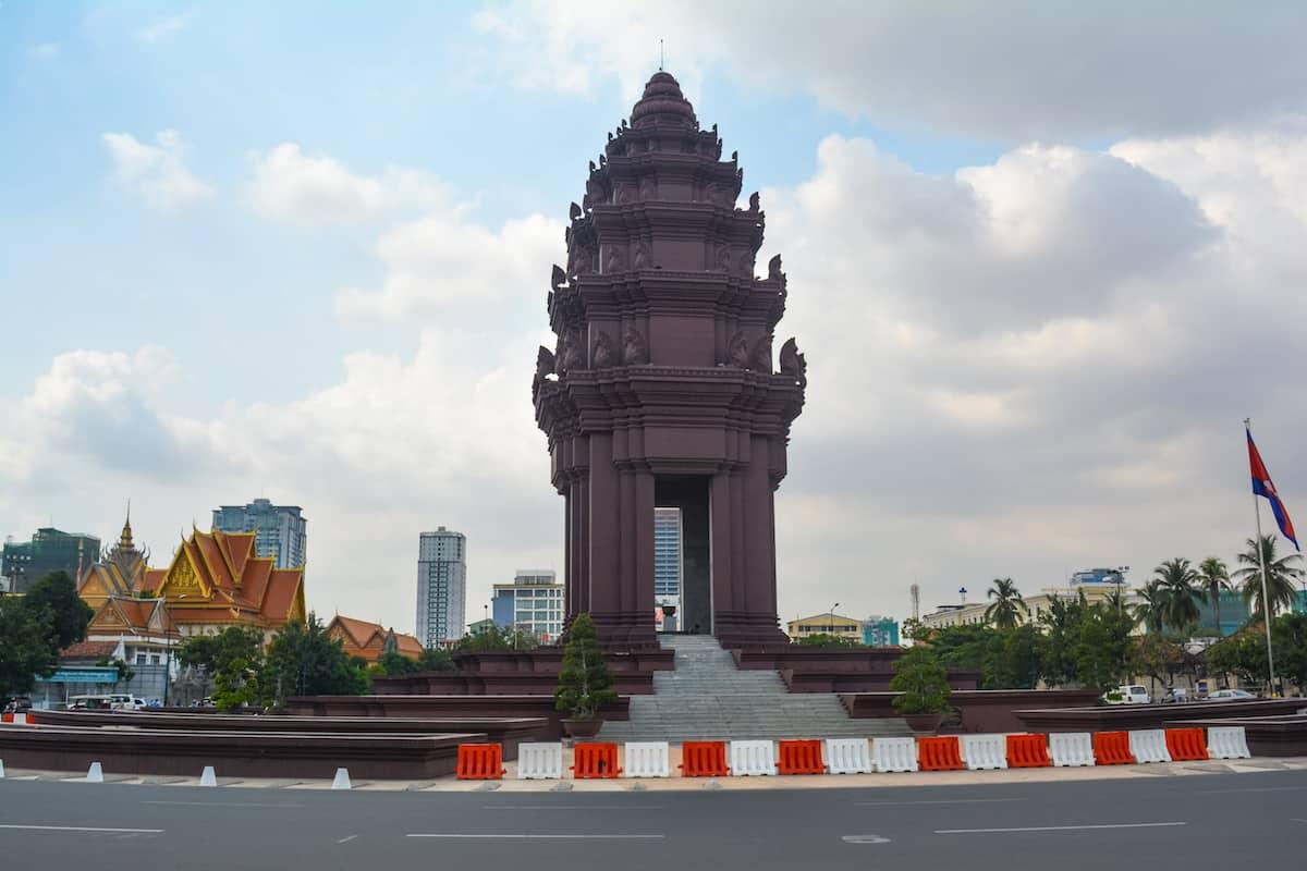 monumento a la independencia en camboya