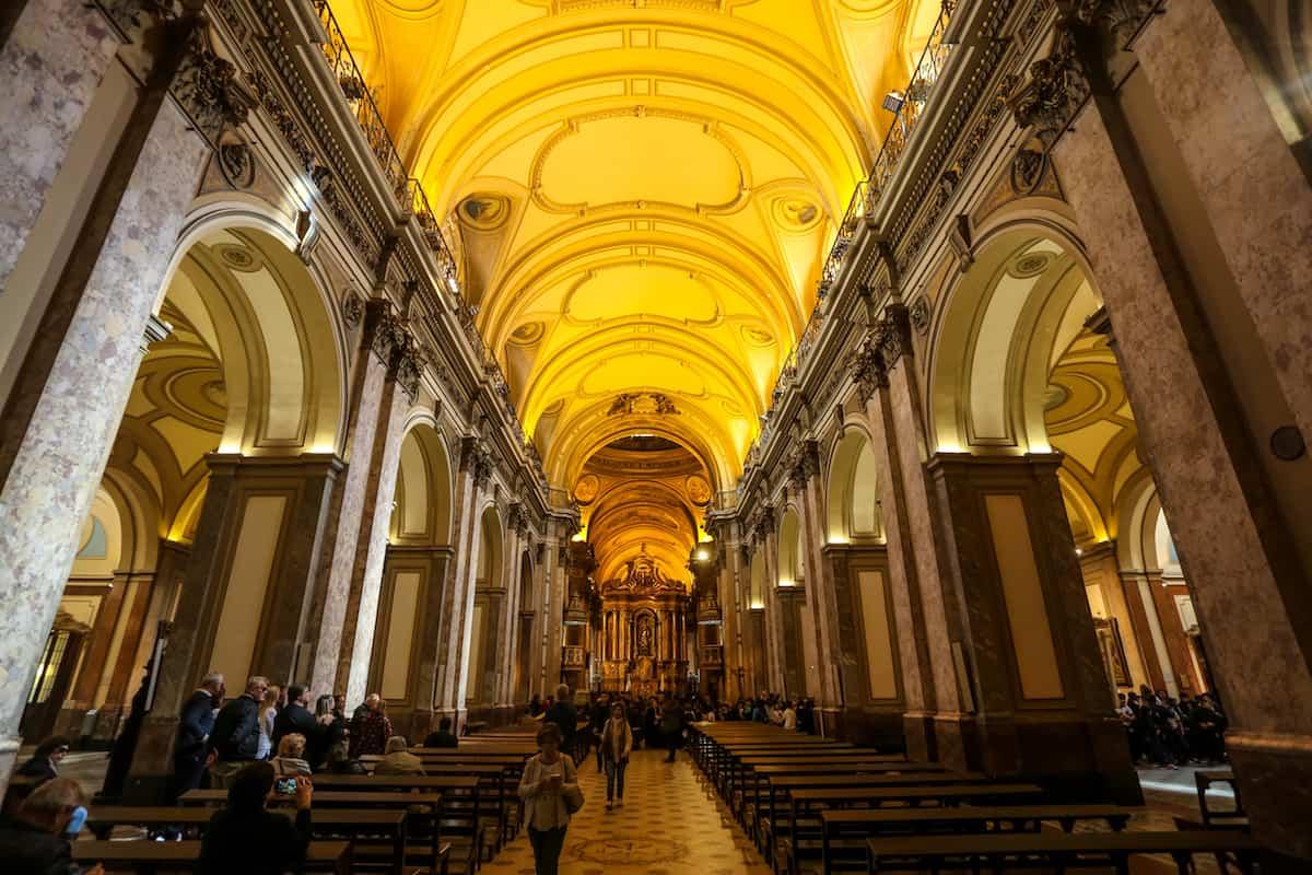 adentro de la Plaza de Mayo Catedral