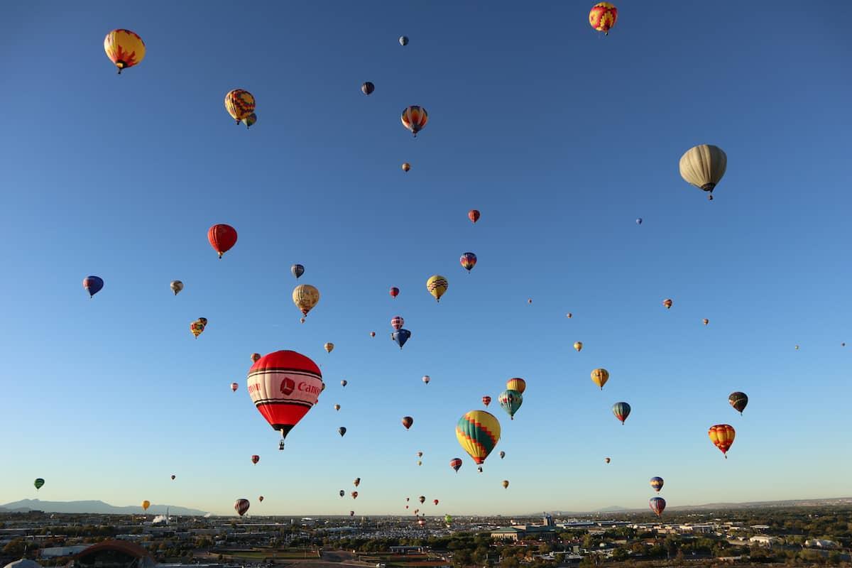 fotos de globos aerostaticos en el aire