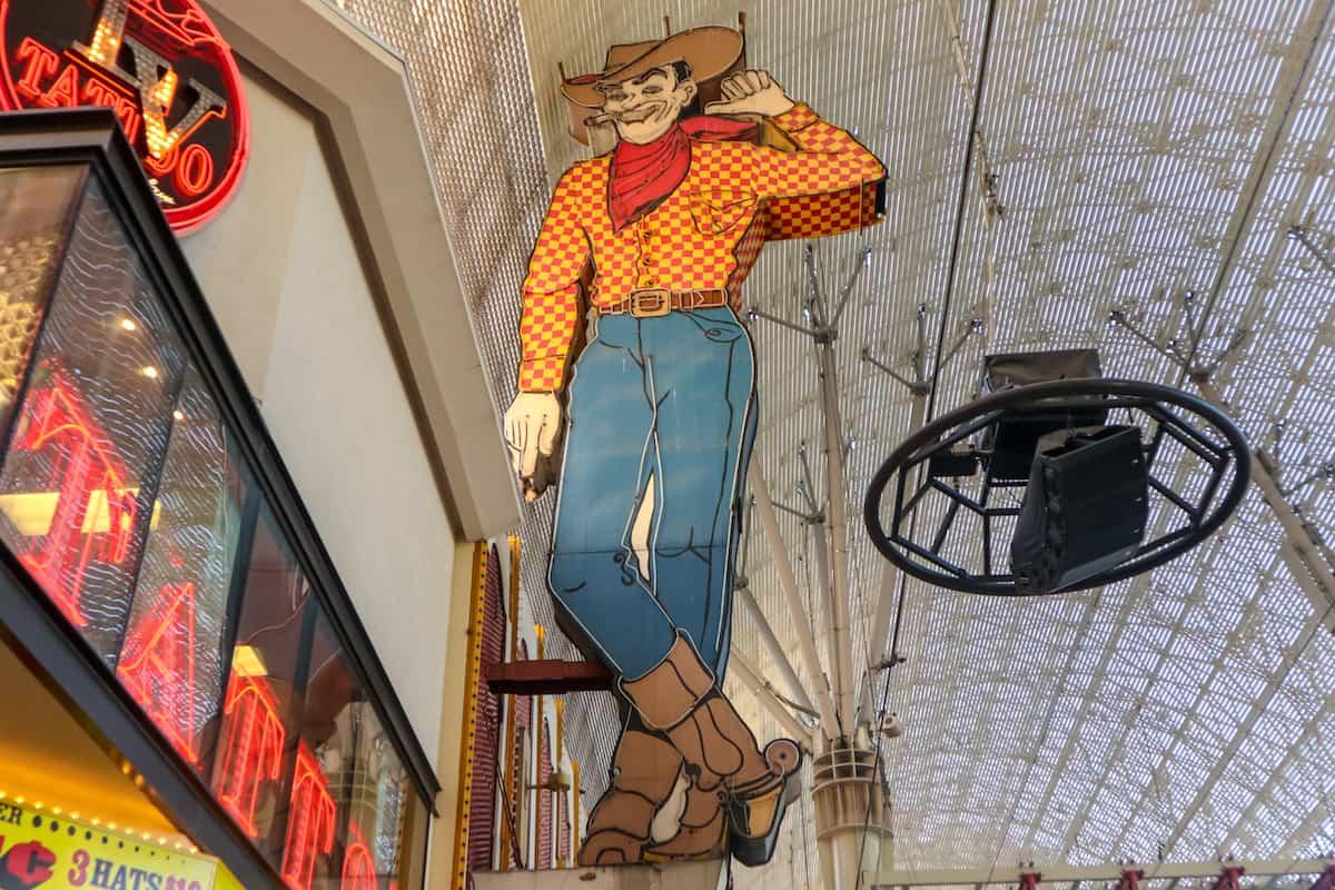 La calle de Fremont St. letrero del vaquero - Mejores lugares para visitar en las Vegas