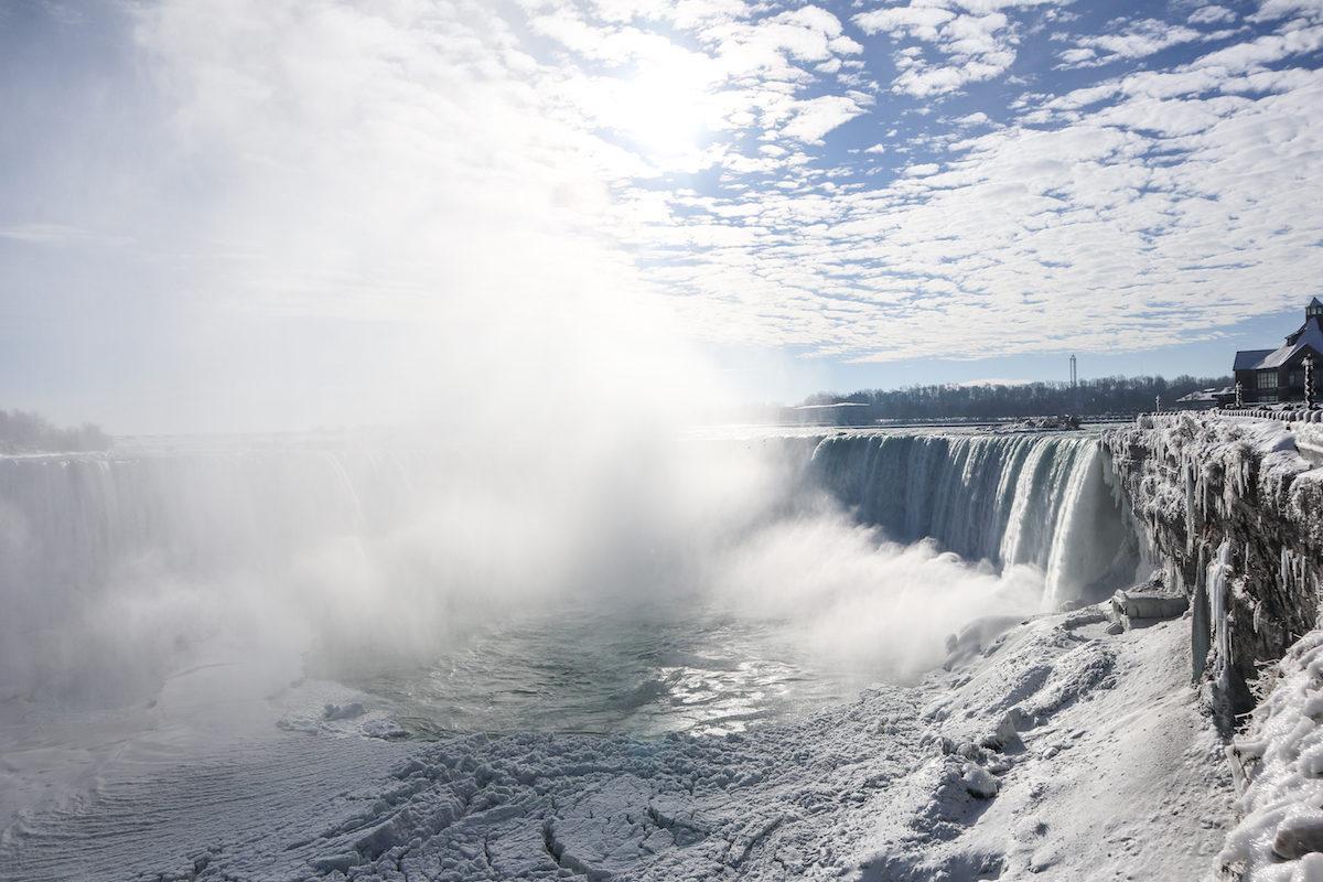 Las cataratas del niágara desde el lado canadiense congeladas