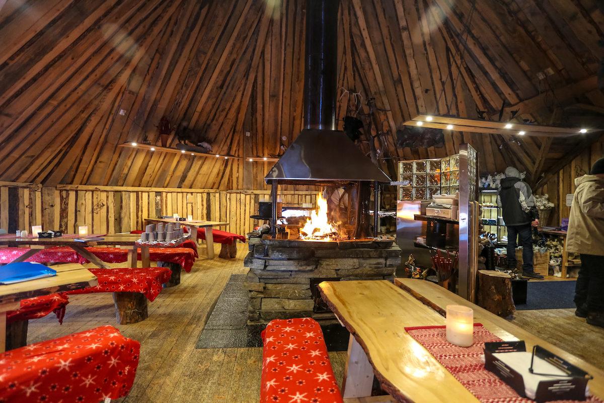Restaurante con fogata en Snowhotel