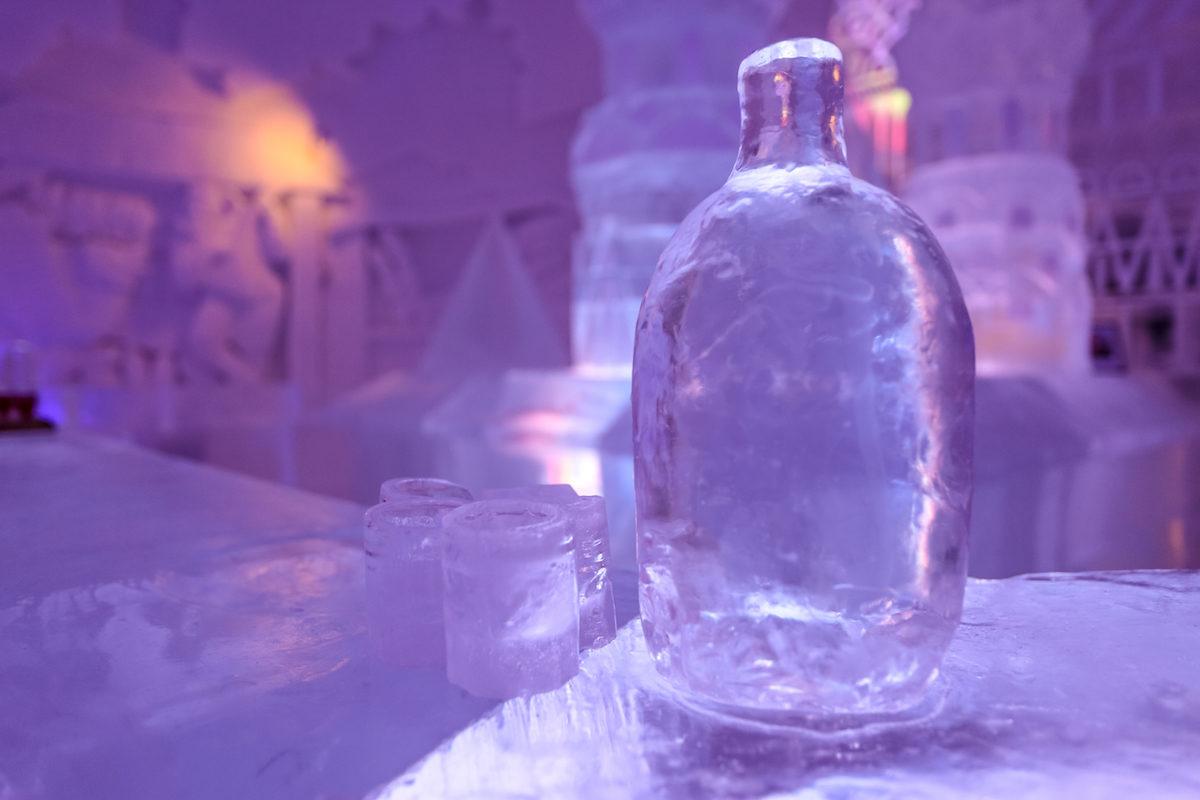 botella de vodka de hielo en el snowhotel