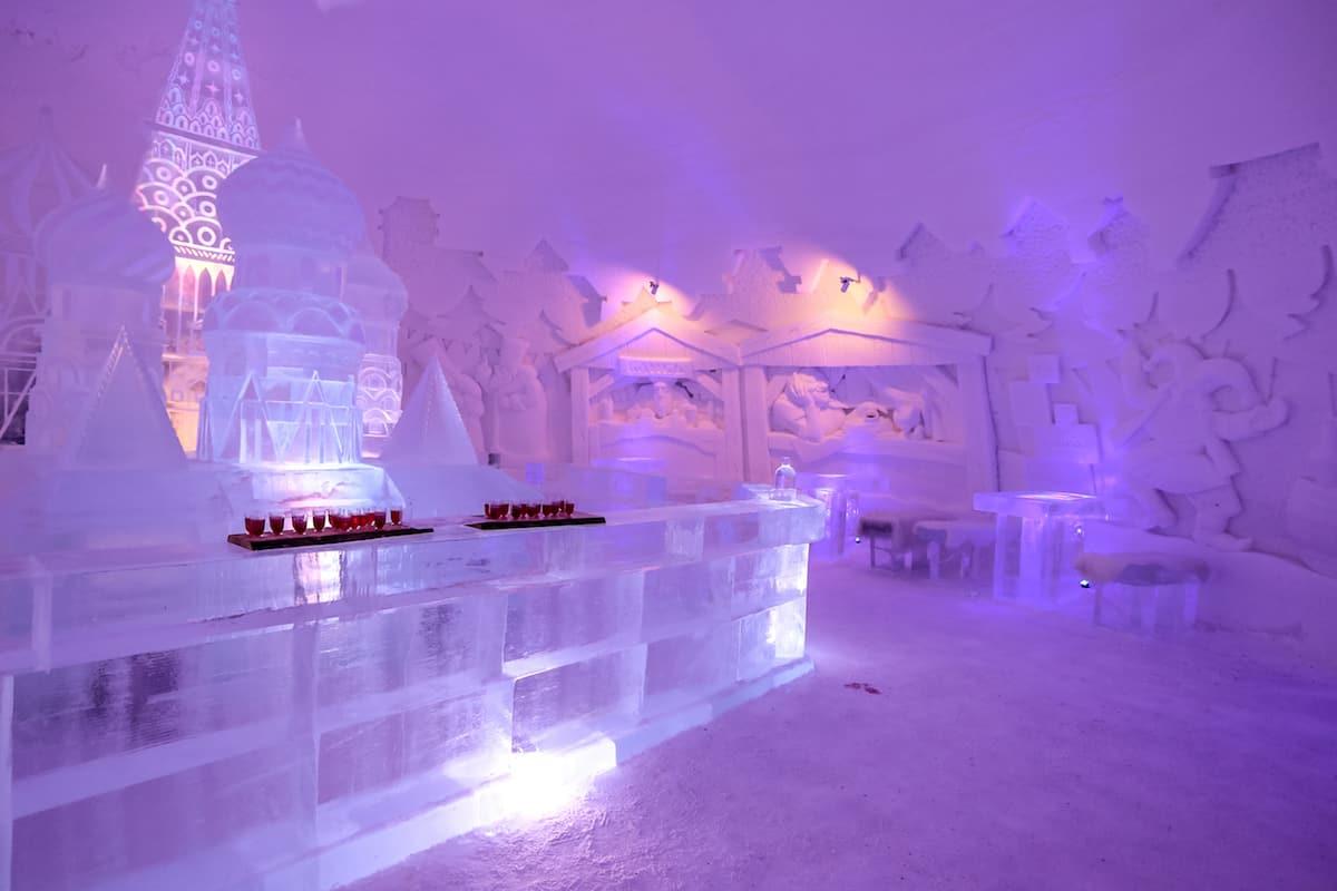 bar hecho de hielo en el snowhotel