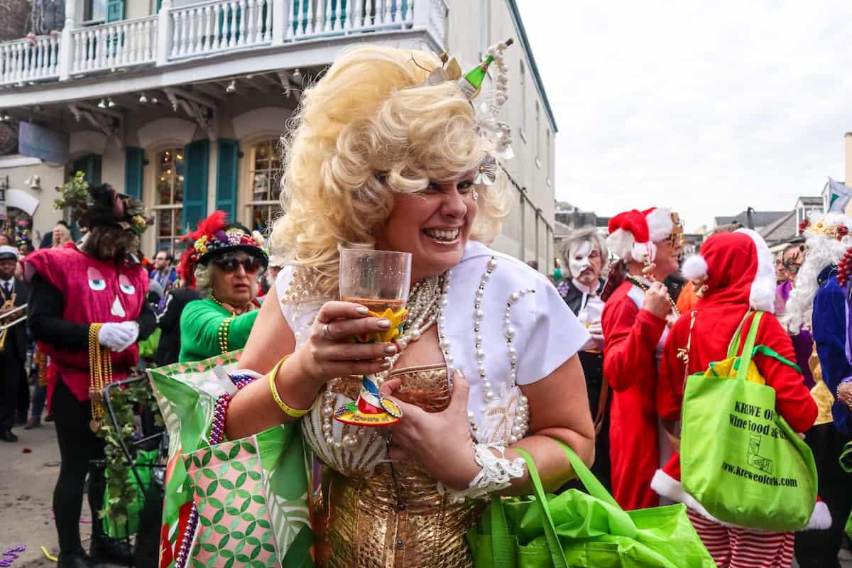mujer celebrando mardi gras - carnaval de new orleans