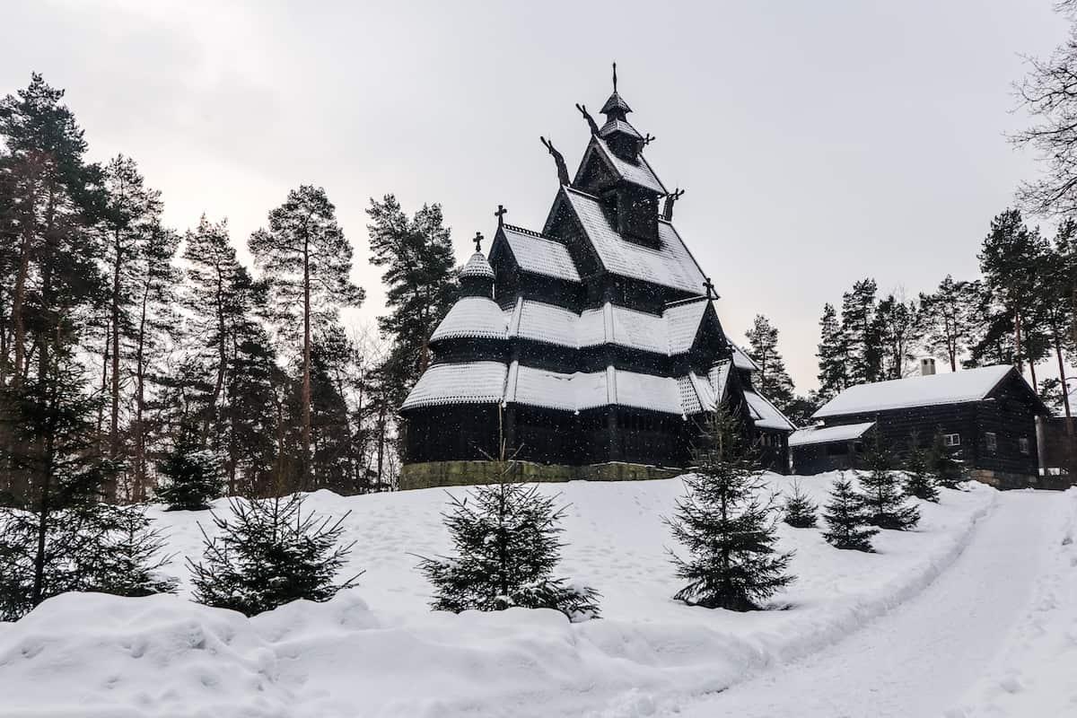 Norsk Folkemuseum en Oslo iglesia en invierno