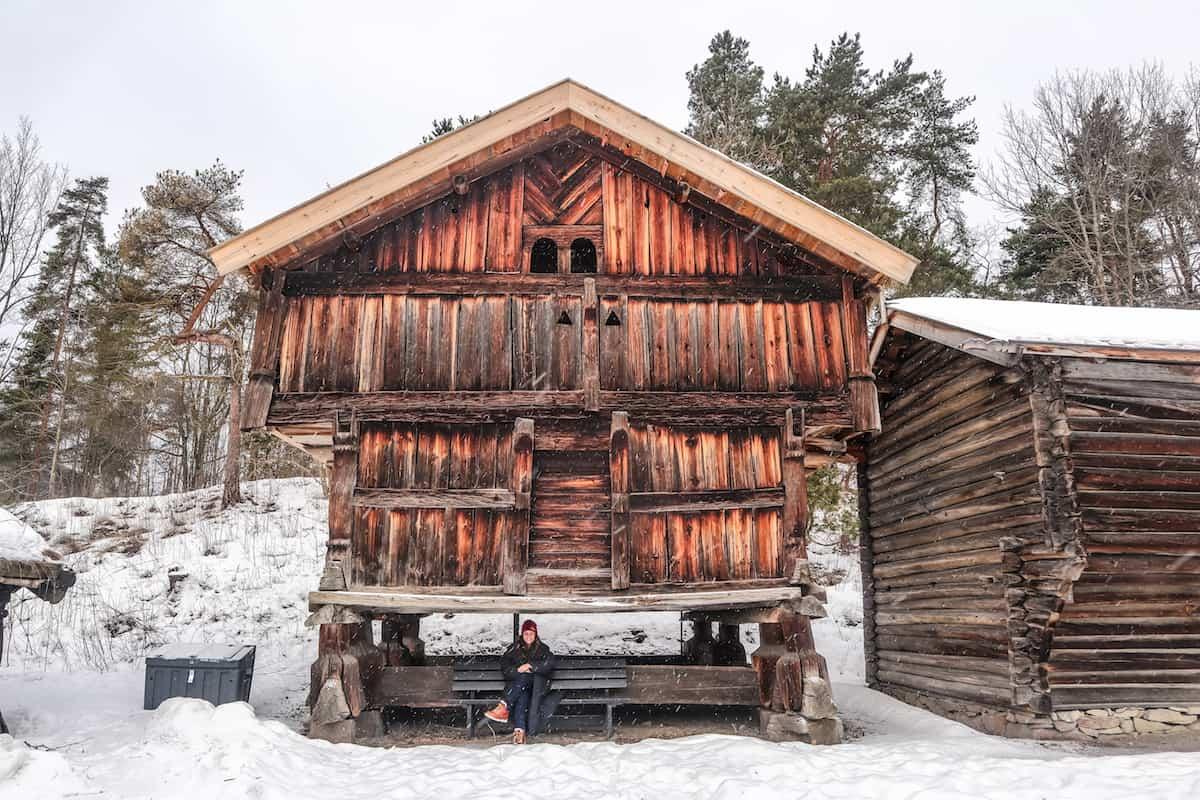 Norsk Folkemuseum en Oslo cabaña con una persona en invierno