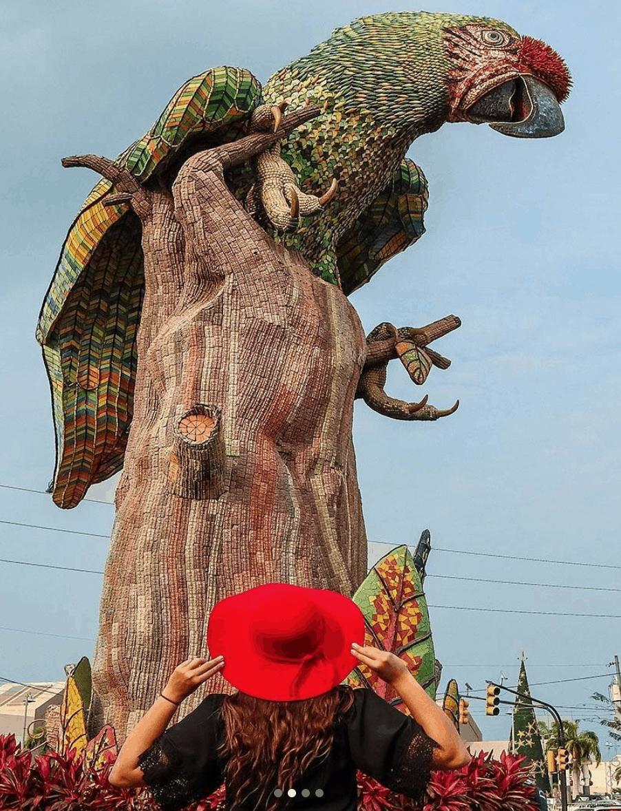 Estatua de Mosaicos Loro